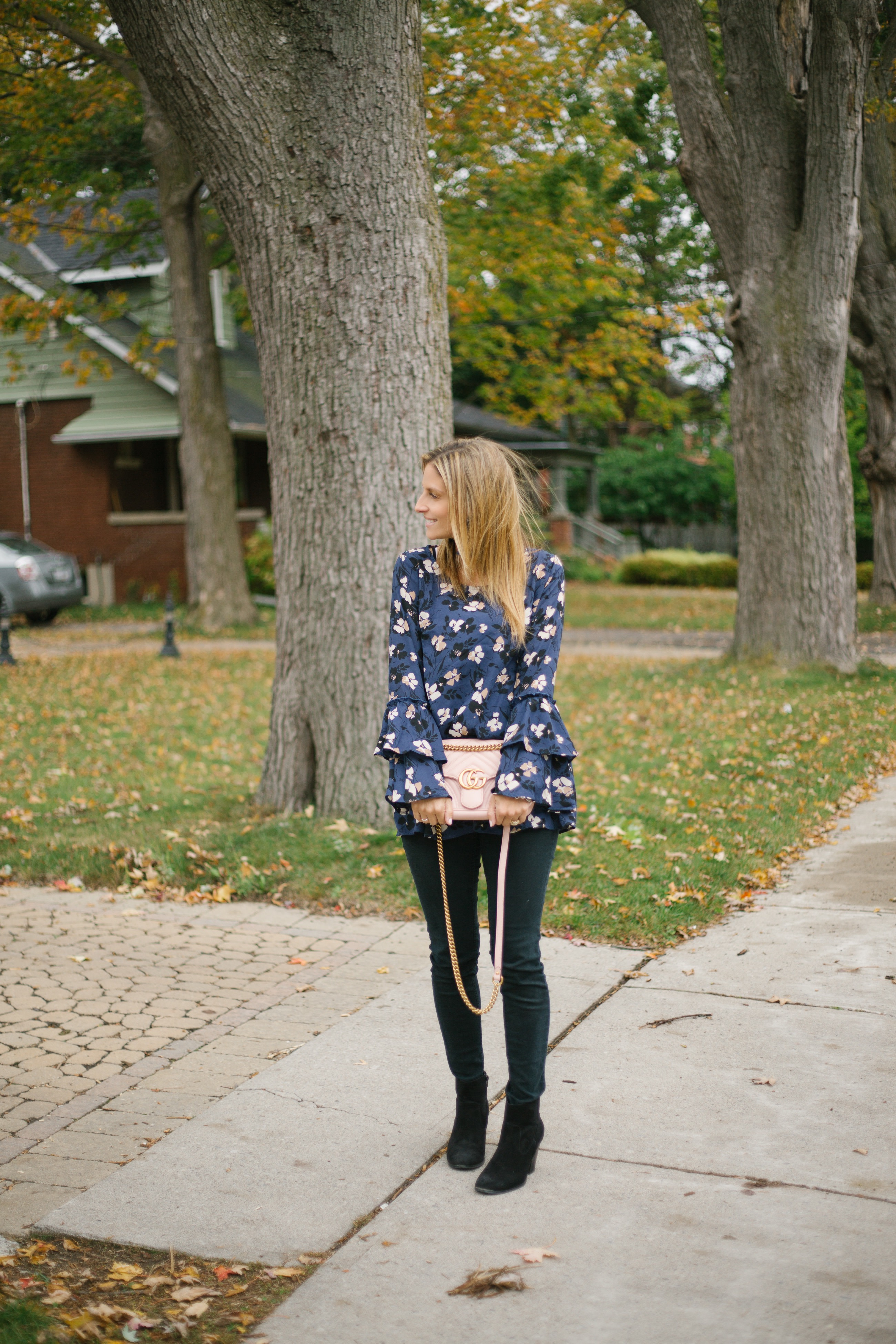 best fall blogger looks with bell sleeve, pink gucci bag and skinny jeans