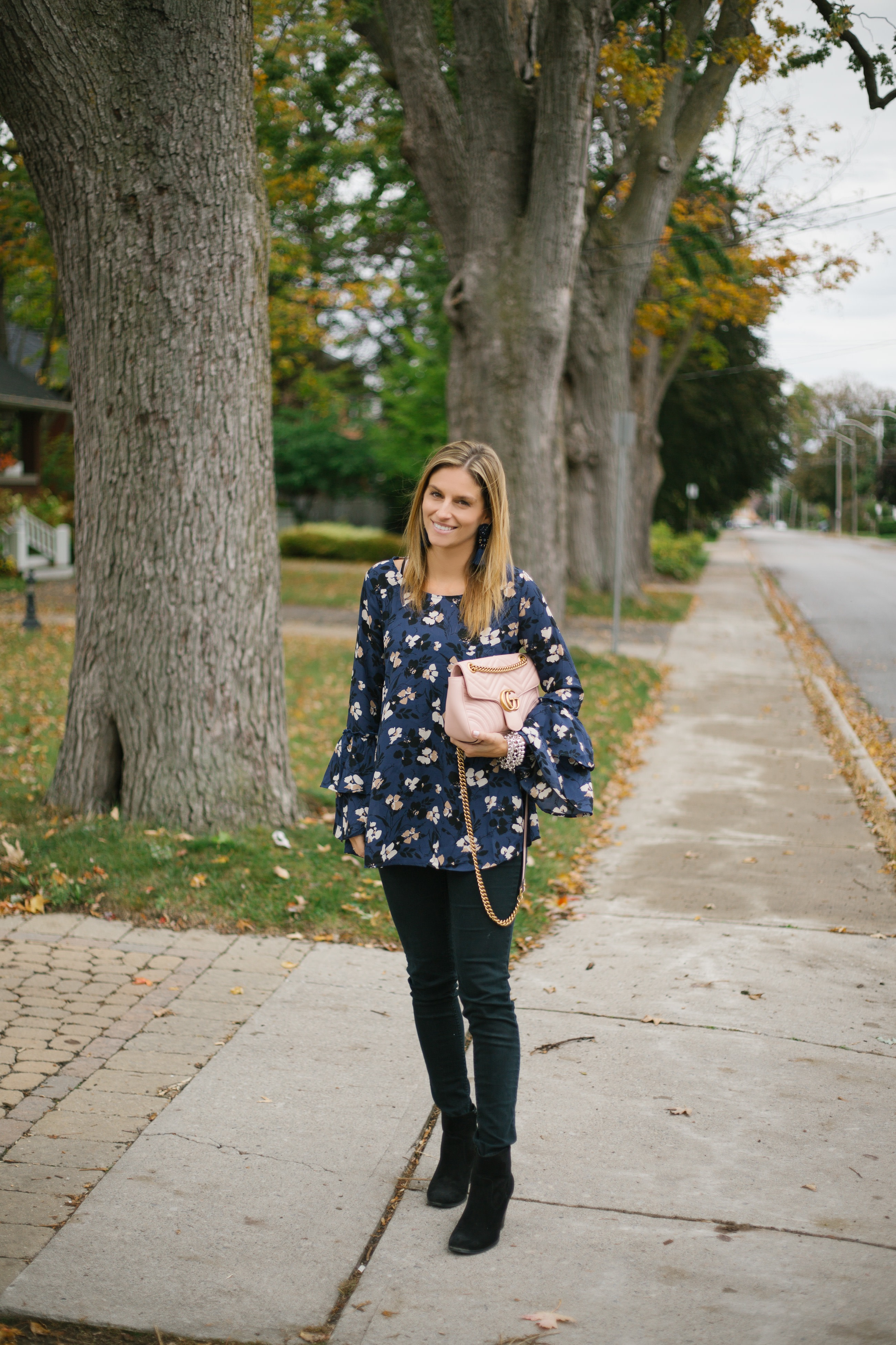 fall outfit ideas with blouse and jeans