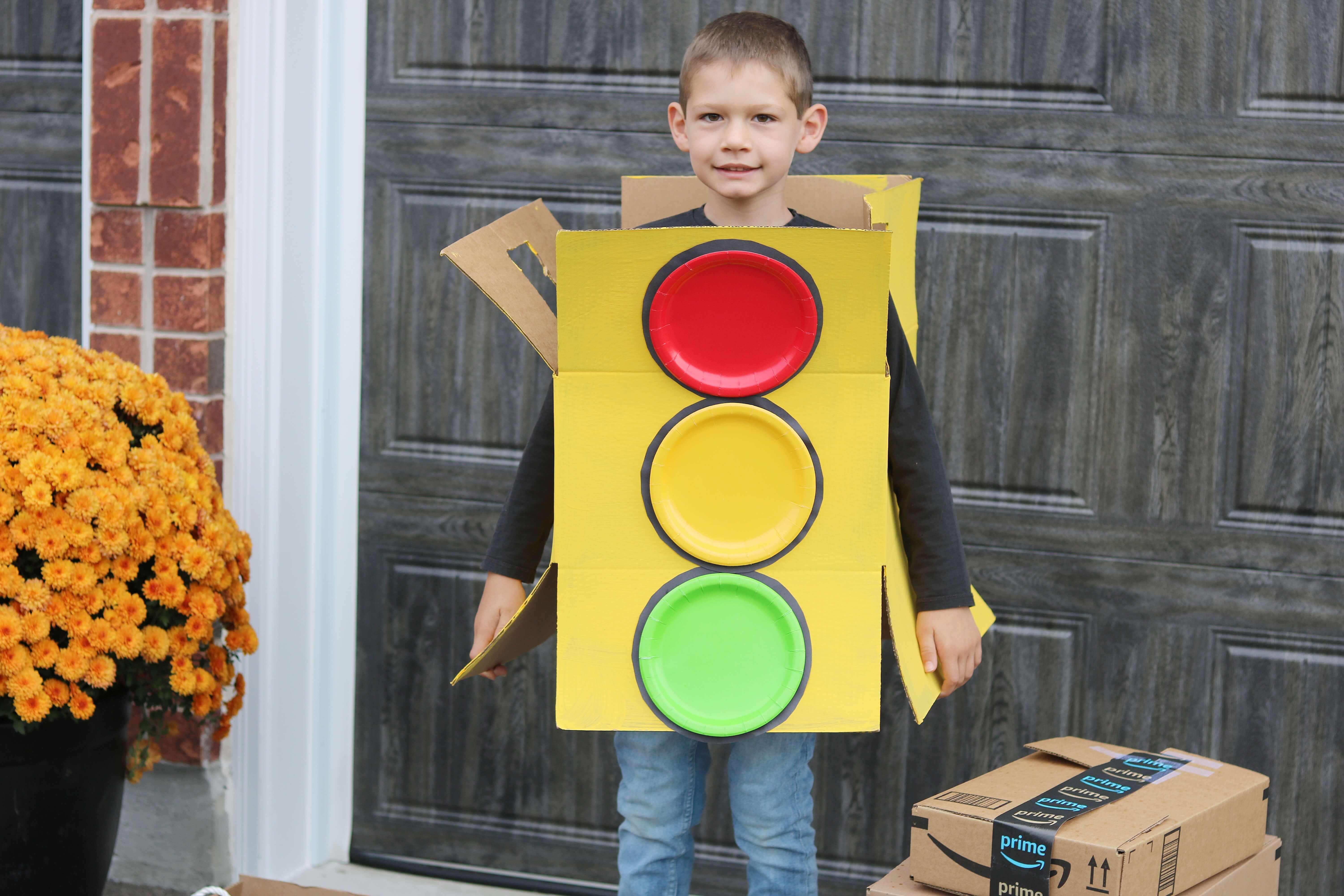 Amazon #Boxtume ; Halloween costume made out of boxes; stop light home made costume